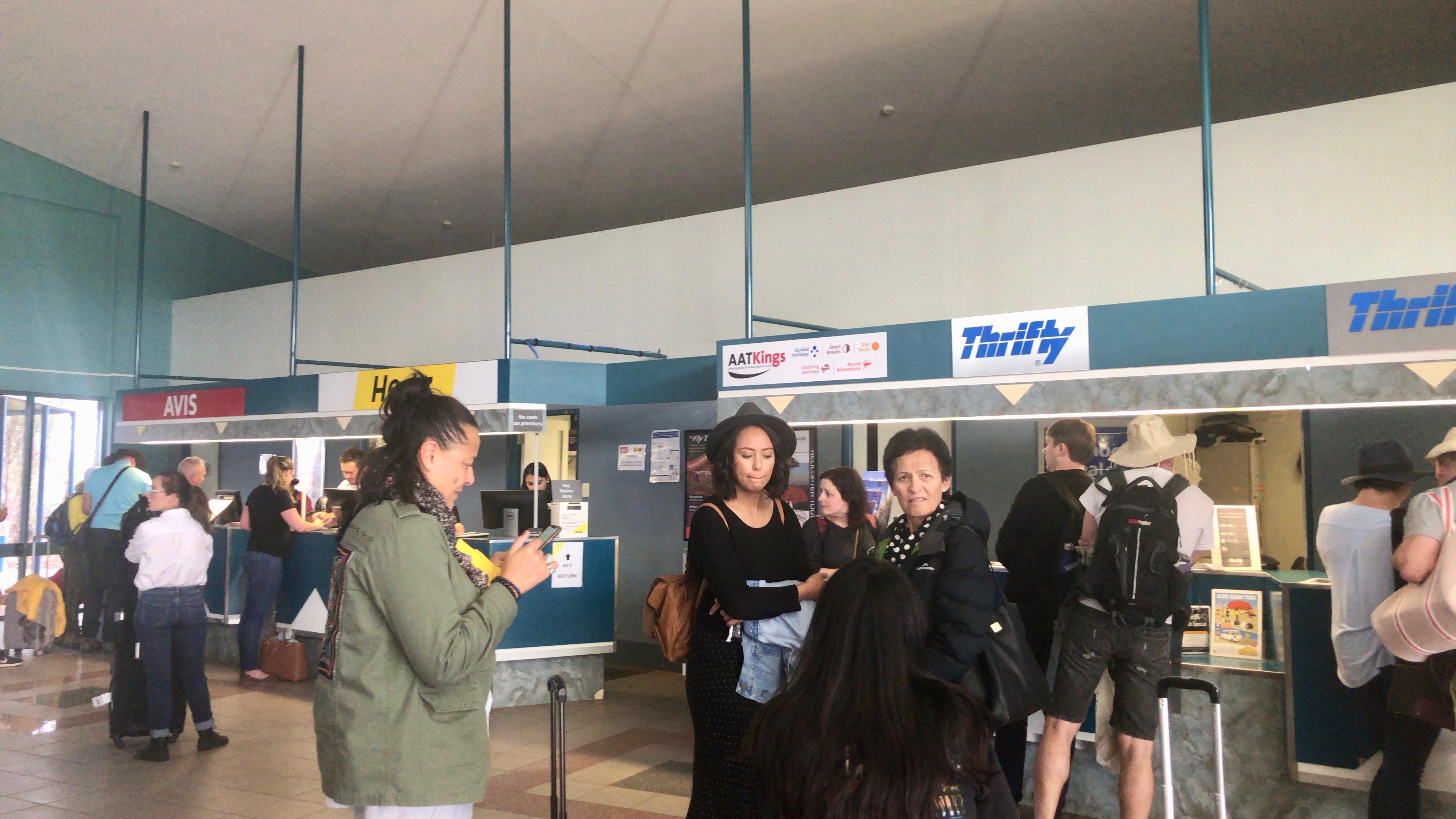 オーストラリア,エアーズロック,ウルル,レンタカー,一人旅,車中泊,女性,空港